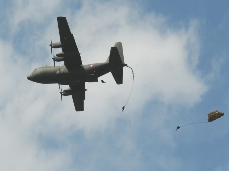 Um die Evakuierungszone auch am Boden einzurichten beginnt das Jägerbataillon 25 mit einer Luftlandung. Zuerst landen Aufklärer mit Gleitschirmen, dann die Truppe mit Rundkappenschirmen © Strobl