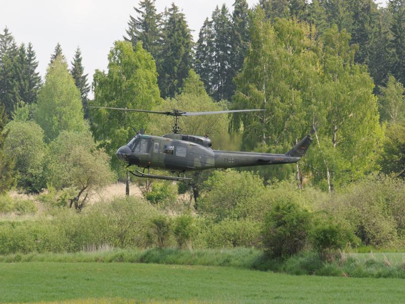 Auch dieser Bell UH-1D der deutschen Bundeswehr unterstützt die Luftlandung © Strobl