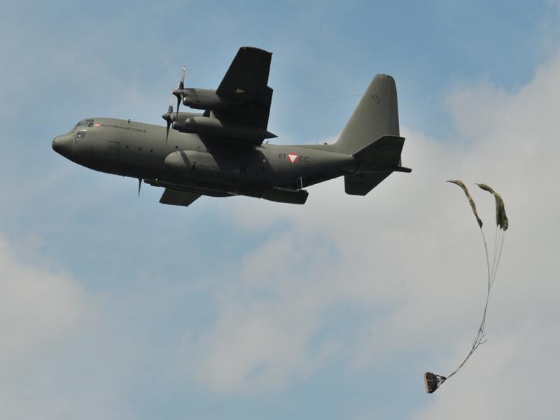 Lockheed Hercules C Mk.1P wirft Nachschub ab © Strobl