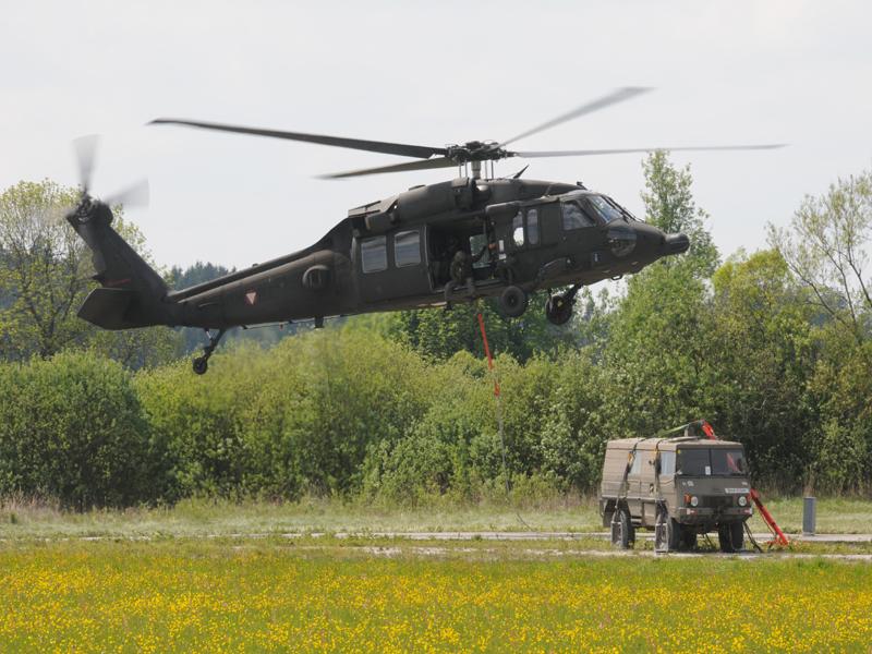 Sikorsky S-70A-42 Black Hawk beim Außenlast-Transport eines Pinzgauers © Strobl