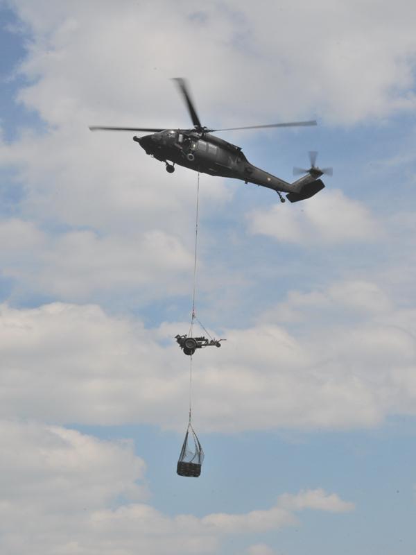 Österreichs leistungsfähigste Hubschrauber, die Sikorsky S-70A-42 Black Hawk, fliegen weiteres Gerät bzw. Unterstützungswaffen ein © Strobl