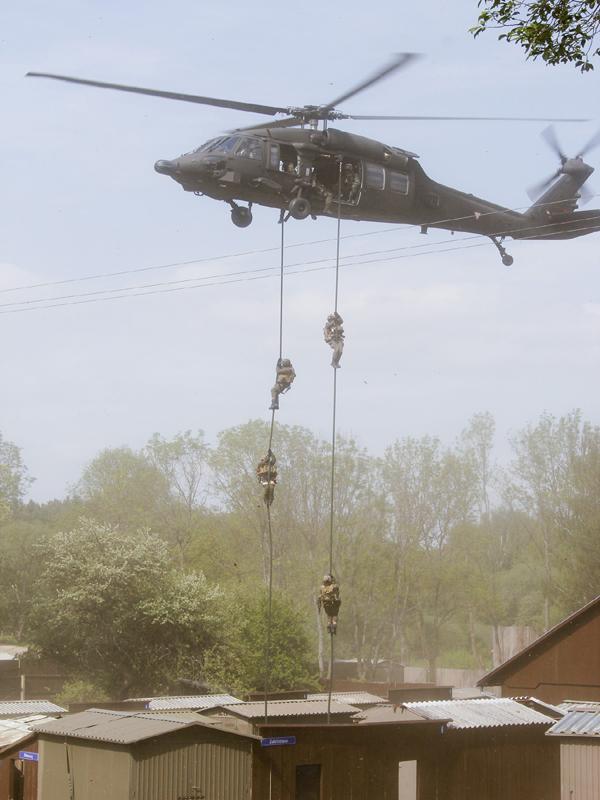 Die Spezialeinsatzkräfte führen eine Fast Rope Anlandung vor © Simader