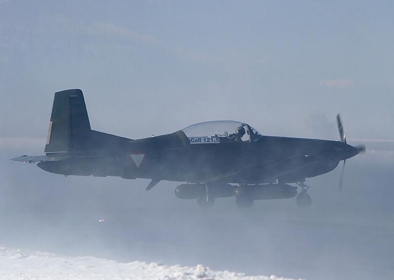 """Die Pilatus PC-7 Turbo Trainer wurden mit MG-Pods bewaffnet und gegen langsame Ziele eingesetzt. Hier 3H-FM. """"Call 121,5"""" ist die Aufforderung für abgefangene Piloten, sich auf der Notfallfrequenz zu melden © Werner P"""