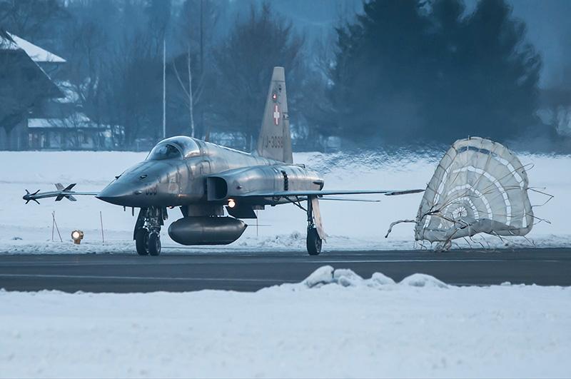 Northrop F-5E Tiger II J-3098 nach der Landung mit Bremsfallschirm in Meiringen © Andrea Bolliger