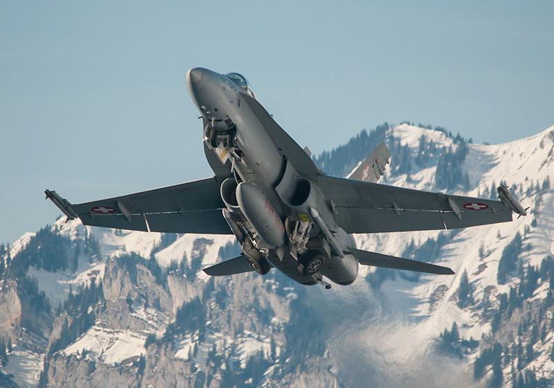 McDonnell Douglas F/A-18C Hornet der Schweizer Luftwaffe im Sicherungseinsatz. Die Maschine ist mit einem Zusatztank, zwei AIM-120 AMRAAM Mittelstrecken-Lenkwaffen und zwei AIM-9 Sidewinder Kurzstrecken-Lenkwaffen bestückt © Andrea Bolliger