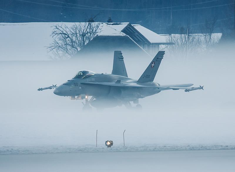 Die Schweizer Luftwaffe operierte vor allem vom Militärflugplatz Meiringen aus. Eiskalte Temperaturen und Bodennebel waren zu bewältigen © Stefan Inniger, www.fotofokus.ch