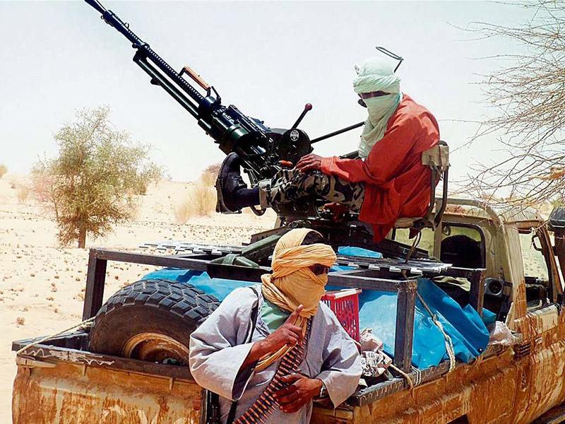 Islamistische Rebellen aus Mali. Ihre Pick-Ups sind mit Maschinengewehren und leichten Fliegerabwehrkanonen bestückt