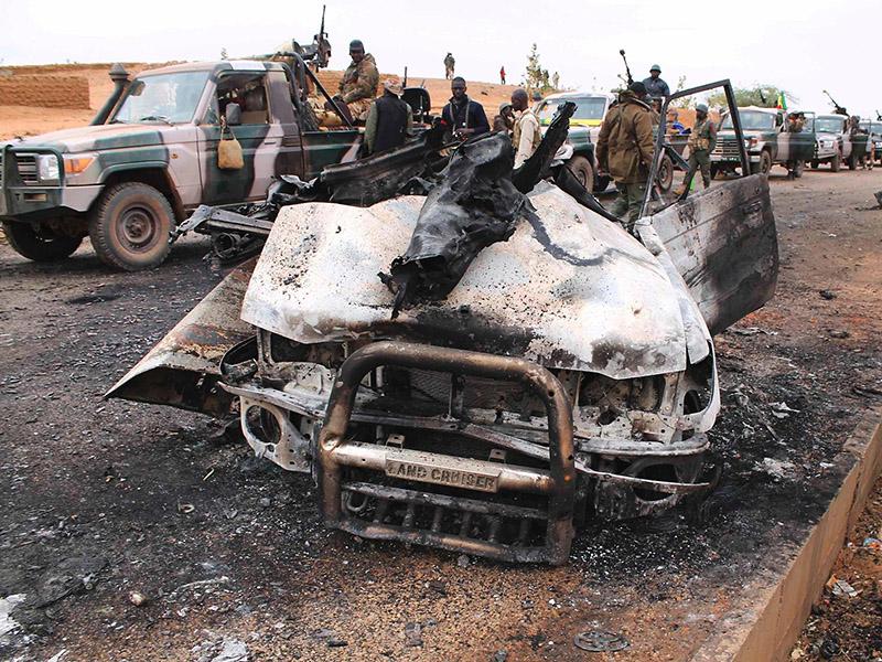 Krieg der Toyota-Pickups. Die Malische Armee passiert eines der vielen ausgebrannten Toyotas der Islamisten © A. Diarra