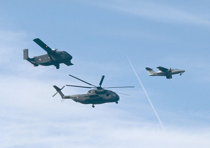 Dieser Formationsflug aus 1980 liefert einen interessanten Größenvergleich zwischen dem Sikorsky S-65OE und einer Short SC.7 SRS 3M Skyvan, bis zum Eintreffen der C-130 Hercules das größte Transportflugzeug des Bundesheeres. Vorne weg eine Saab 105OE / 1980: This formation flight is a good possibility to compare the size of the S-65 to the Short Skyvan, which was the largest transporter of the Austrian Armed Forces for many years. In front a Saab 105OE © Strobl