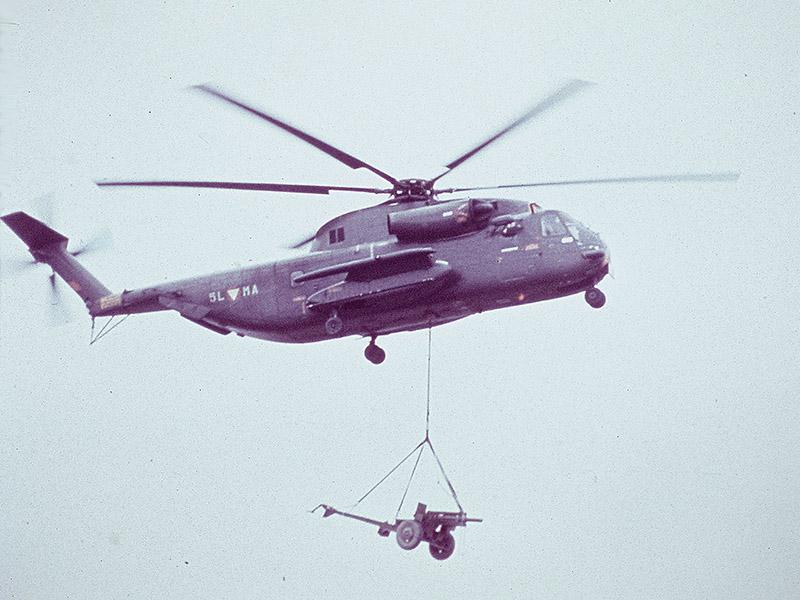 Sikorsky S-65OE beim Transport einer leichten Feldhaubitze / This Sikorsky S-65OE is transporting a light field howitzer © Strobl