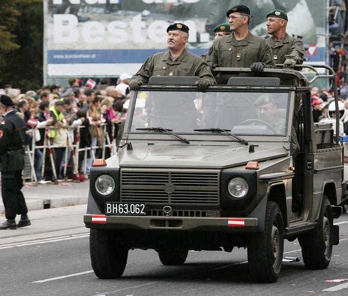 Das ist unser Lieblingsbild von General Entacher: Als Kommandant der Parade am Wiener Ring im Jahr 2005 im führenden PUCH G.