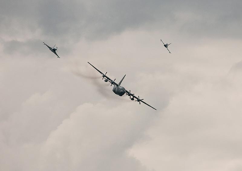 WB1 - Abfangen: Eurofighter gegen Herkules © WB-Photography, Wolfgang Bethmann