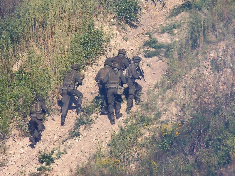 Im Schutz der Bordwaffen stürmen die Grenadiere die Stellung