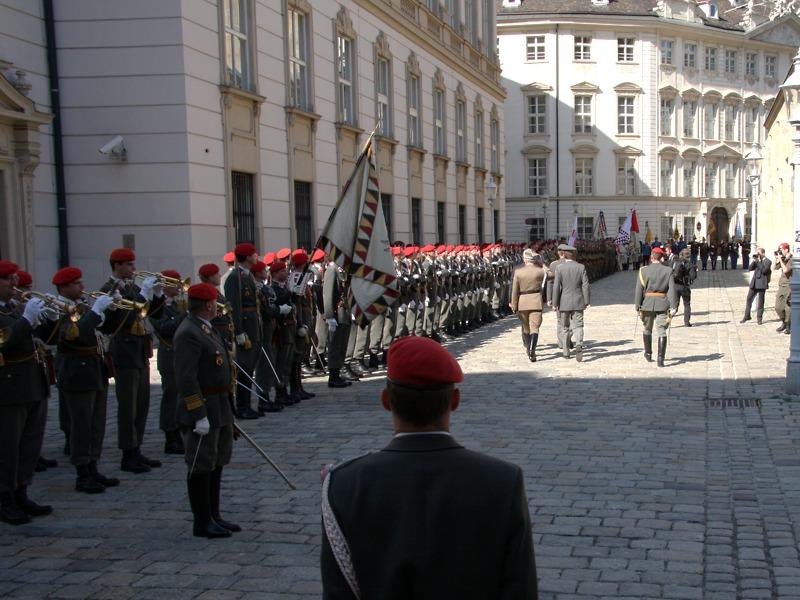 Abschreiten der Front der angetretenen österreichisch-polnischen Truppe © Doppeladler.com