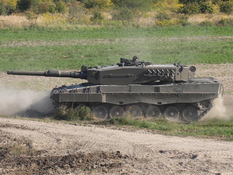 Nachdem der beschädigte Leopard in Sicherheit gebracht wurde, repositioniert sich der zweite Panzer