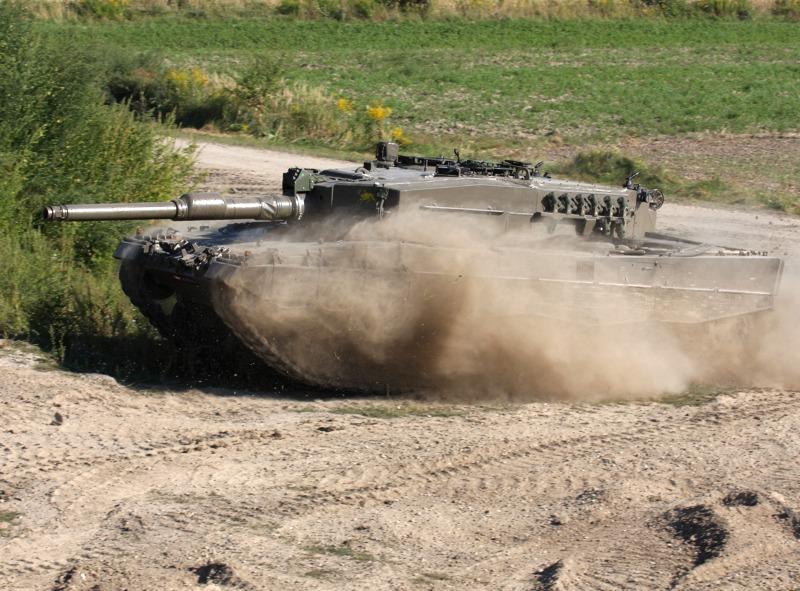 Der Kampfpanzer rückt auf den Feind vor