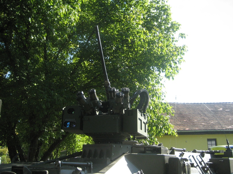 Overhead Remote Controlled Weapon Station – Medium (ORCWS-M) auf dem Radpanzer Pandur © theoderich