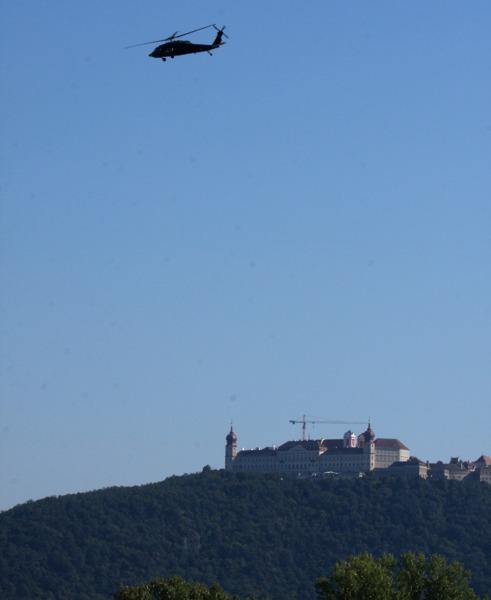 Sikorsky S-70A-42 Black Hawk über dem Stift Göttweig