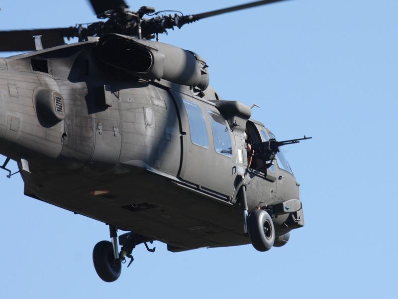 Sikorsky S-70A-42 Black Hawk mit 7,62 mm MGs MAG von FN Herstal in den Doorgunner-Positions und Selbstschutzanlage