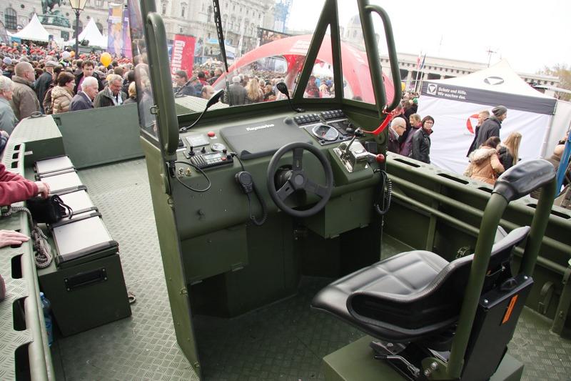 Steuerstand des Arbeits- und Transportbootes © Doppeladler.com
