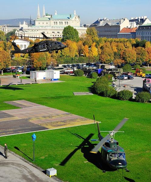 Sikorsky S-70A-42 Black Hawk im Landeanflug. Ein Agusta Bell AB-212 ist schon da © Bundesheer