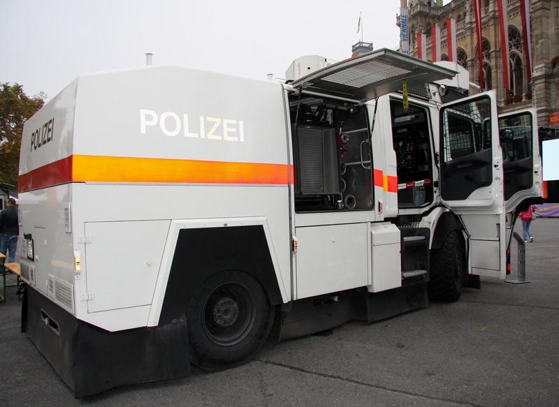 Wasserwerfer der Polizei. Entwickelt von Rosenbauer auf Scania P 114 CB Fahrgestell © Doppeladler.com