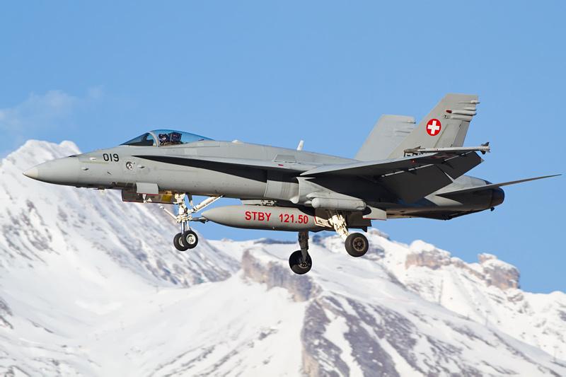F/A-18C Hornet. Am linken Triebwerkseinlass gut zu erkennen der Lockheed Martin AN/AAS-38B 'Nite Hawk' FLIR- und Laserzielerfassungs-Pod © marc