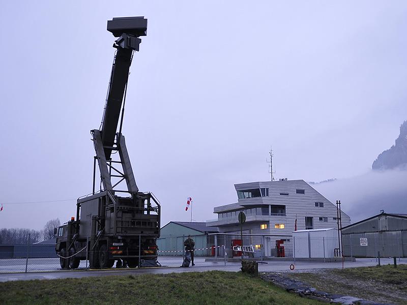 Mobile Radars decken die der Topographie Westösterreichs geschuldeten toten Winkel der Großraumradaranlagen ab. Hier ein Aufklärungs- und Zielzuweisungsradargerät (AZR) vom Typ Thomson RAC3D Flamingo. AZRs kamen in Hohenems und Düns zum Einsatz © Bundesheer