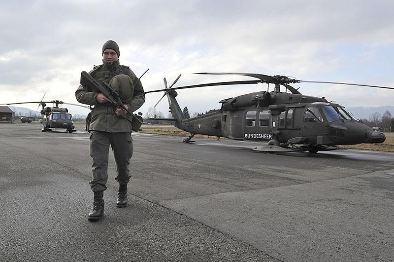 Sikorsky S-70A-42 Black Hawk des Bundesheeres, wie die peinlich wirkende Werbeaufschrift verrät © Bundesheer