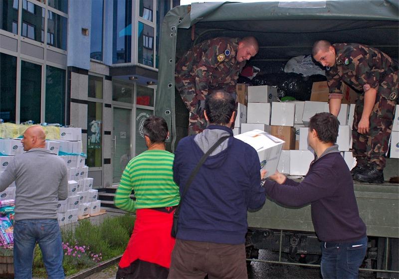 Natürlich hilft die ganze EUFOR mit - hier eine Lebensmittelverteilung in Maglaj © EUFOR Althea
