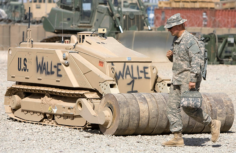 """Wall-E"" in Afghanistan - ein MV-4 der US Army mit Minenroller. Camp Leatherneck, 2010 © Reuters / S. Zhumatov"