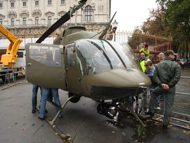 Bell OH-58B Kiowa 3C-OG am Nationalfeiertag 2011 © Doppeladler.com