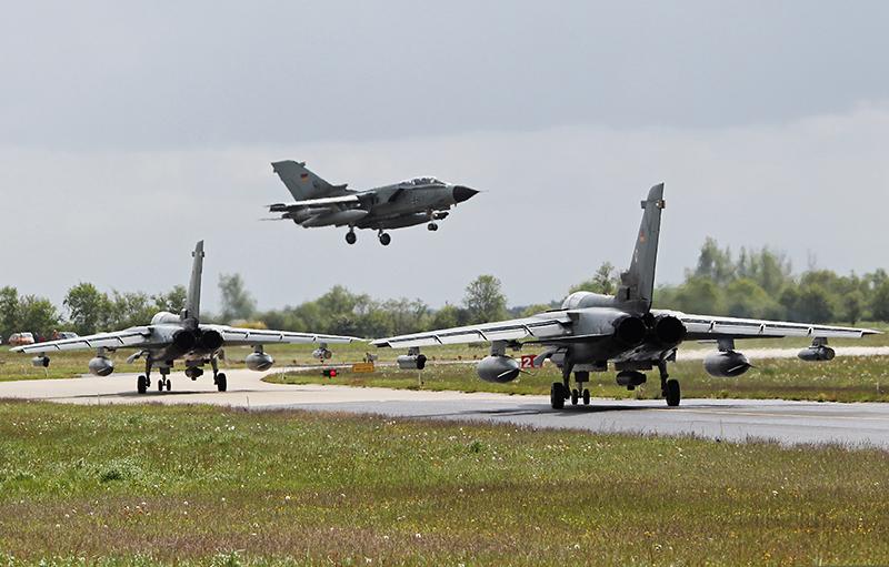 Zwei Tornado Recce Lite des Taktischen Luftwaffengeschwader 51 stehen auf dem Taxi-Way während ein Tornado IDS des Taktischen Luftwaffengeschwader 33 landet © Luftwaffe