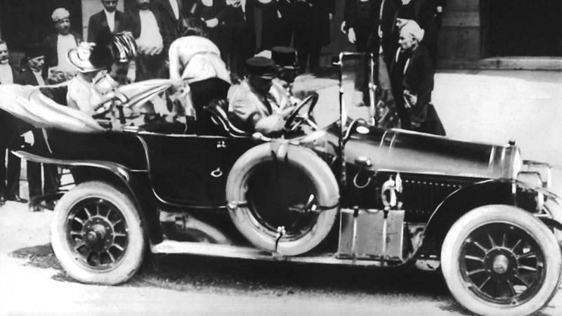 Die Insassen nehmen nach dem Empfang im Rathaus von Sarajevo Platz im Auto um ins Spital zu fahren.