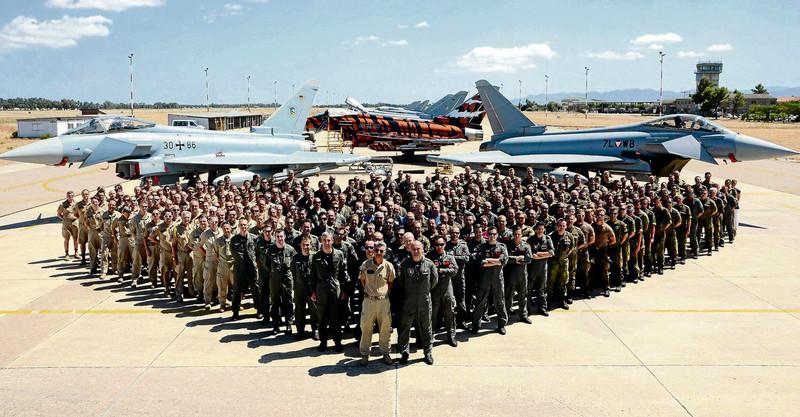 Die Teilnehmer des deutsch-österreichischen Air-2-Air Gunnery. Die Österreicher tragen die sandfarbenen Uniformen für heiße Klimazonen © Luftwaffe