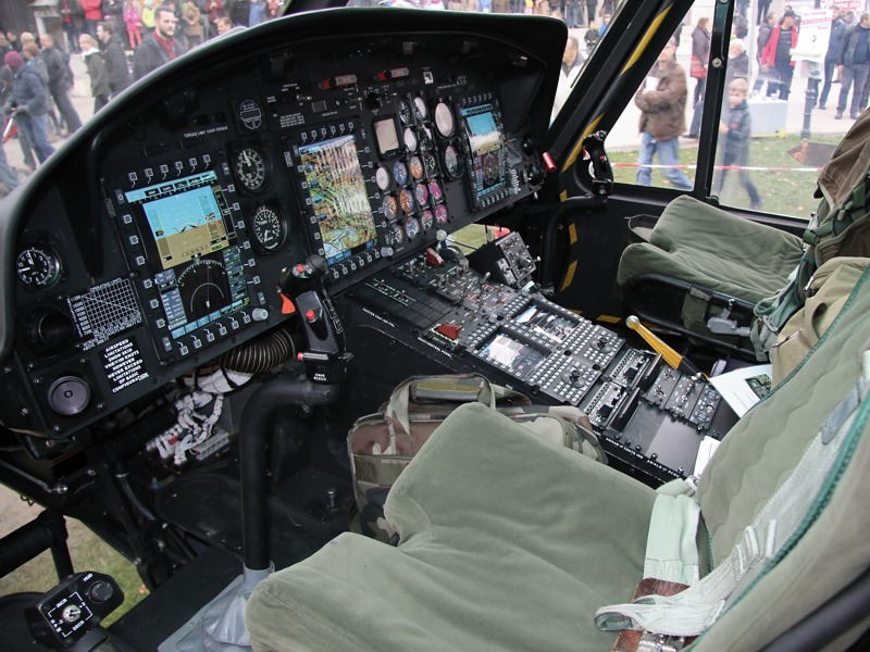 Das moderne Cockpit einer Agusta Bell AB-212 MLU. Auch die Avionik, wie z.B. die Navigations- und Kommunikationssysteme sind neu