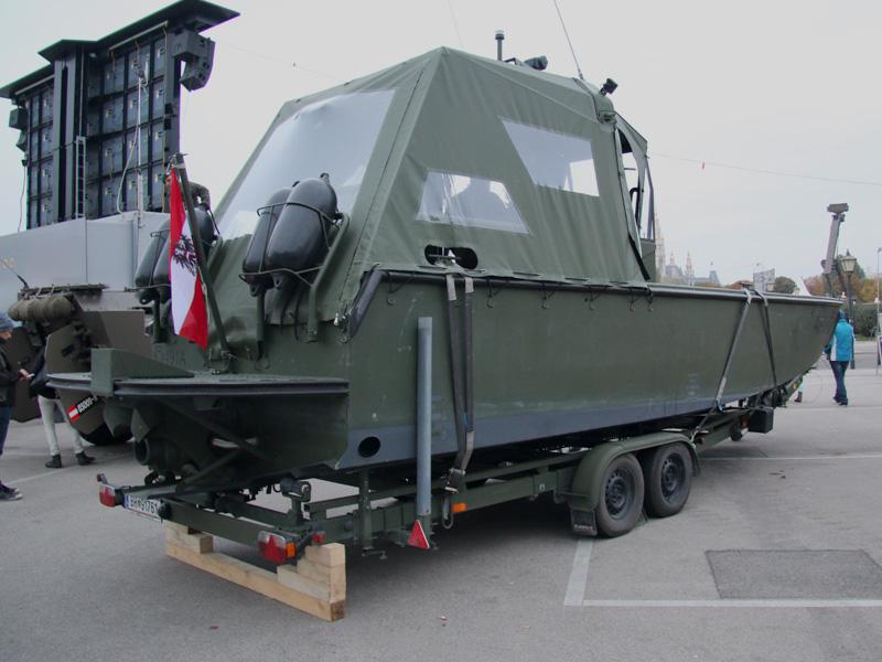 Arbeits- und Transportboot mit Schlechtwetterplane