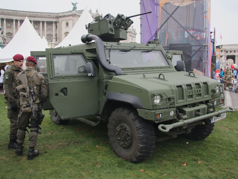 IVECO LMV mit Waffenstation ERCWS-M, hier ausgestattet mit 12,7 mm MG