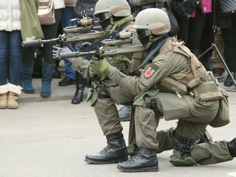 Soldaten des JgB25 - die Sturmgewehre sind mit Mündungsfeuerdämfern ausgestattet