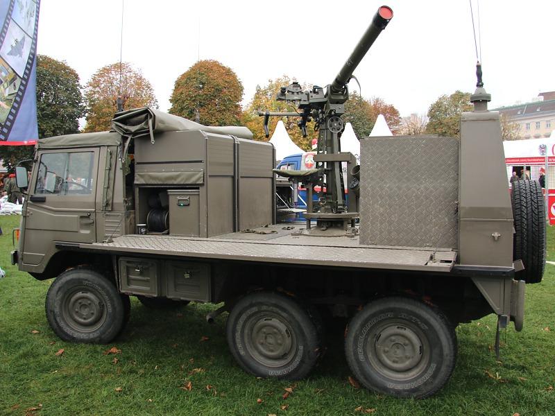 Leichte Fliegerabwehrlenkwaffe Mistral 2 auf dem Trägerfahrzeug Pinzgauer 6x6