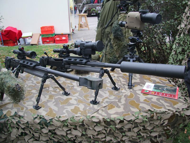 Schwere Scharfschützengewehre vom Typ Steyr HS .50 M1 im Kaliber 12,7 mm - rechts mit Mündungsfeuerdämpfer
