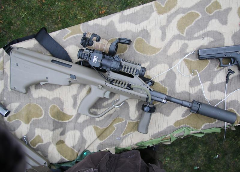 5,56 mm Sturmgewehr StG-77 A2 Kommando (alias AUG A3 SF) mit Rotpunktvisier, taktischem Laser/Licht Modul und Mündungsfeuerdämpfer