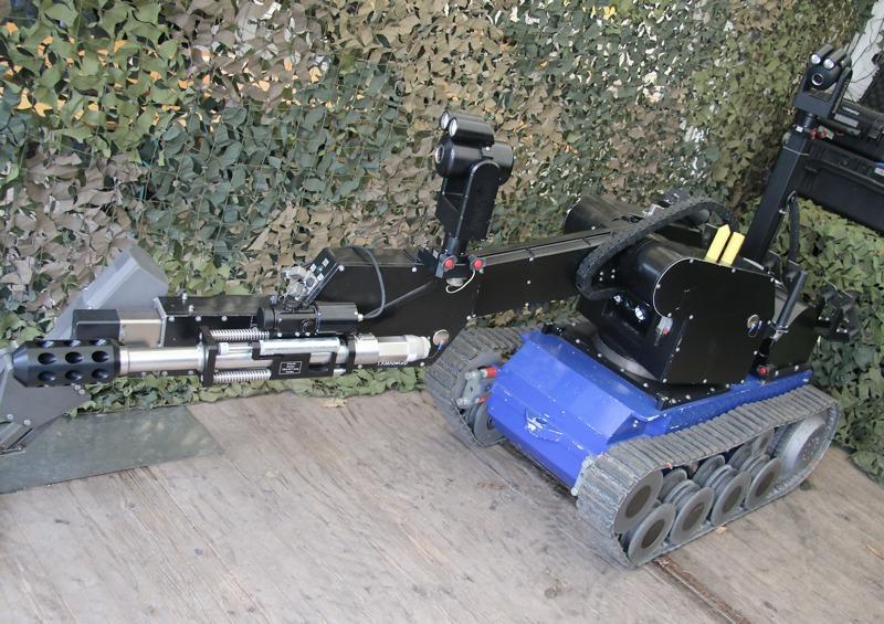 EOD Roboter tEODor für das gefahrlose Öffnen von Türen, Päckchen, etc. sowie zum Manipulieren oder Sprengen von Sprengkörpern