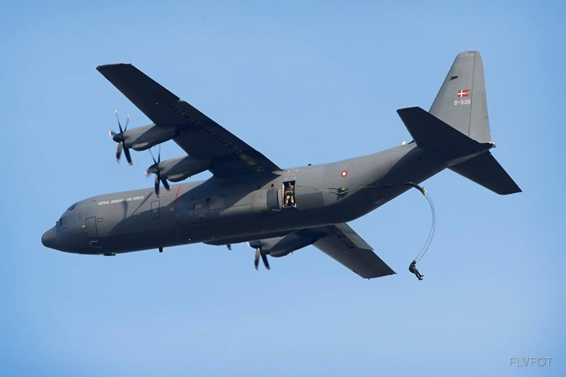 Dänische C-130J Hercules setzt Fallschirmspringer ab © FLVFOT