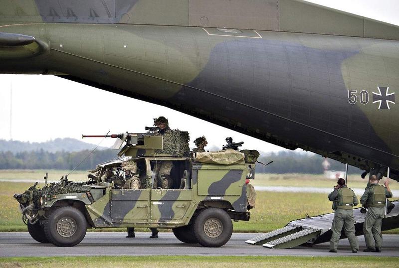 Deutsche C-160 Transall entlädt Einsatzfahrzeug des Jaegerkorpset © b.dk / H. Bagger