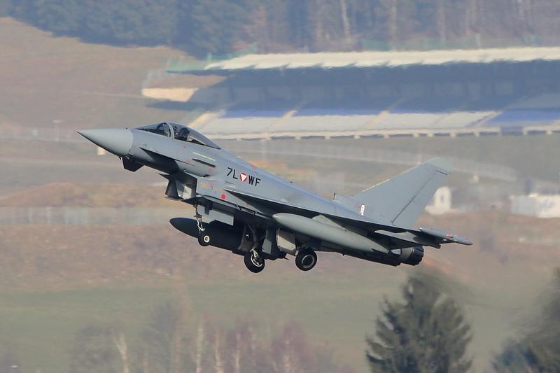 Eurofighter Typhoon 7L-WF vor einer Tribüne des benachbarten Red Bull Rings © Werner P