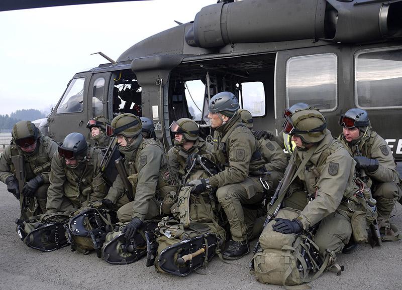 "Das ""Emergency Response Team Air"" (ERTA) vor ihrem Black Hawk © Bundesheer"