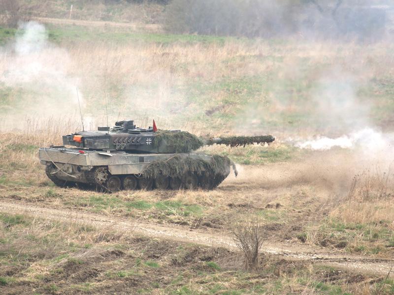 Feuer und Bewegung - Der Leopard feuert seine 120 mm Panzerkanone ab © Doppeladler.com