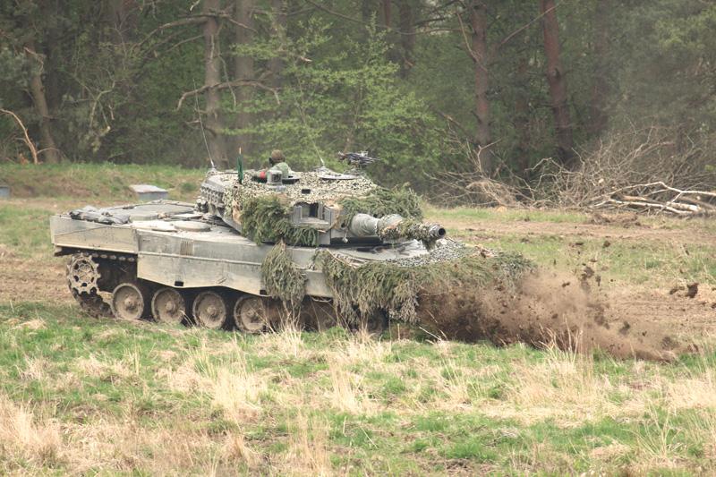 Leopard 2A4 beim Stellungswechsel © Doppeladler.com