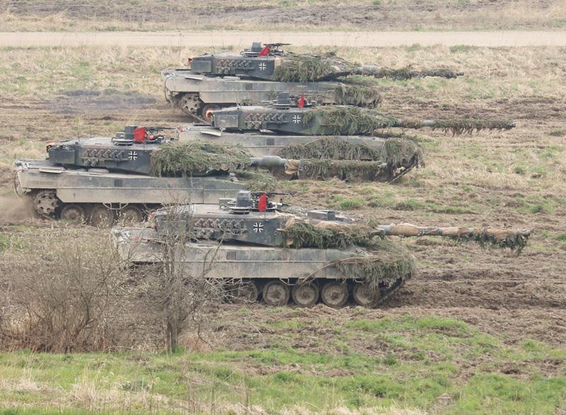 Die deutschen Kampfpanzer Leopard 2A6 wiegen über 60 t - 5 t mehr als die A4 Version © Doppeladler.com